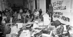 Fig. 1 - L'esercito zapatista nel palazzo del governo di San Cristobal (1 gennaio 1994)