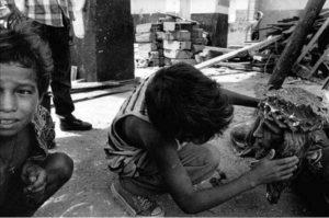 Fig. 3 - Caicedo, Colombia (1997) Bambini di Caicedo, provincia di Antioquia, tra le rovine della chiesa locale, dopo un attacco del FARC. © Teun Voeten 2013.